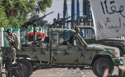 Sudanese millitary vehicles and soldiers are