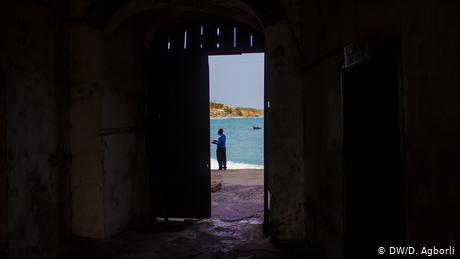 View through a narrow door to the ocean (DW/D. Agborli)