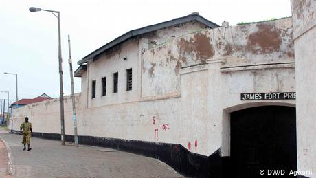 Outside walls of the whitewashed walls of Fort James (DW/D. Agborli)